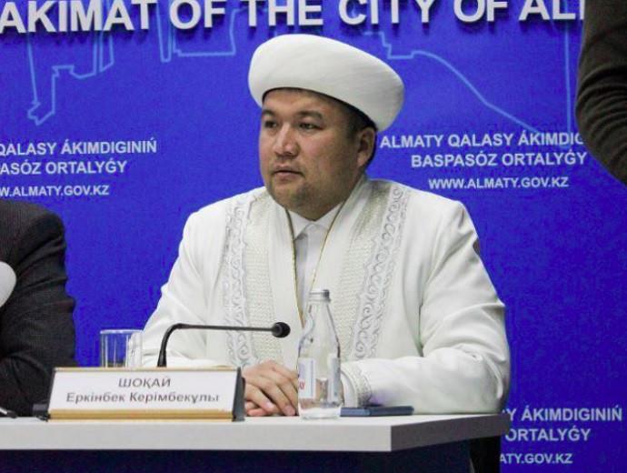 Главный имам мечети Алматы после получения вакцины от COVID-19 призывает мусульман к вакцинации