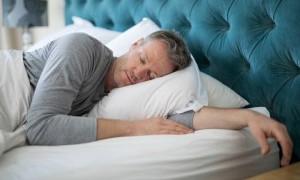 Кардиолог развеял миф об опасности сна на левом боку