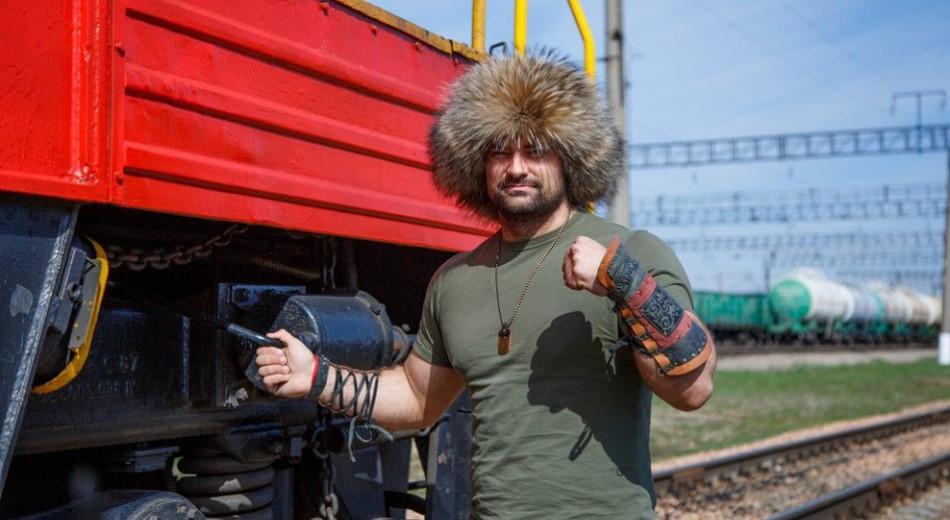 Казахстанский силач протащил на несколько метров 24-тонный трактор - видео