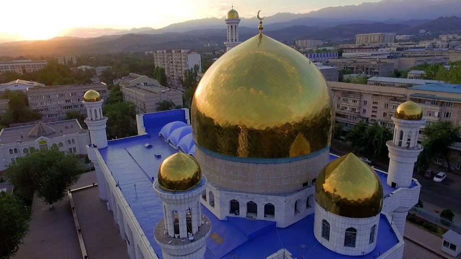 Алматинцев вакцинируют от коронавируса в мечетях и церквях