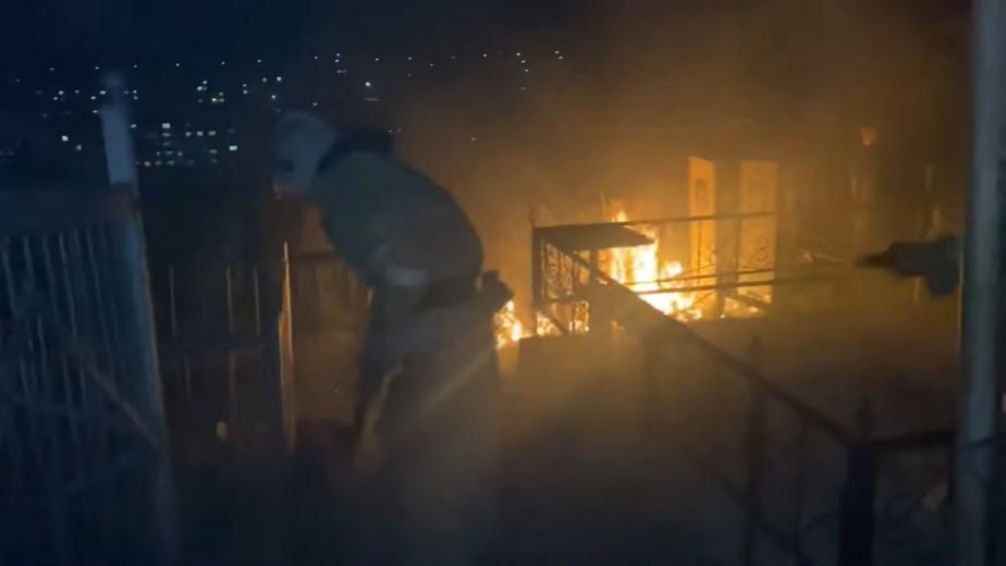 Пламя перекинулось на кресты: пожар произошел на кладбище в Алматинской области