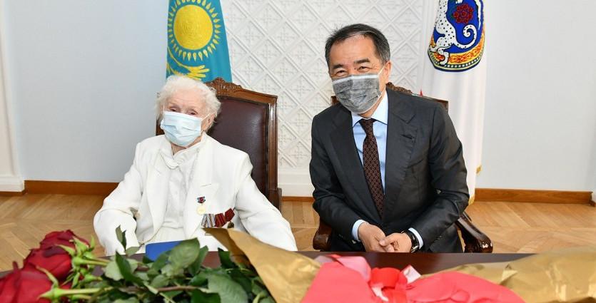 Аким Алматы поздравил ветерана педагогического труда с присвоением почетного звания