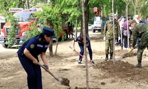 Спасатели и пожарные обустроили сквер с аллеей в Алматы