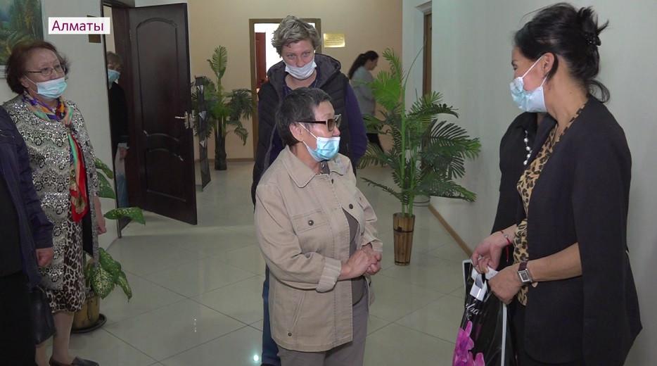 Алматыда Жеңіс күні қарсаңында 50-ге жуық отбасыға азық-түлік себеті үлестірілді