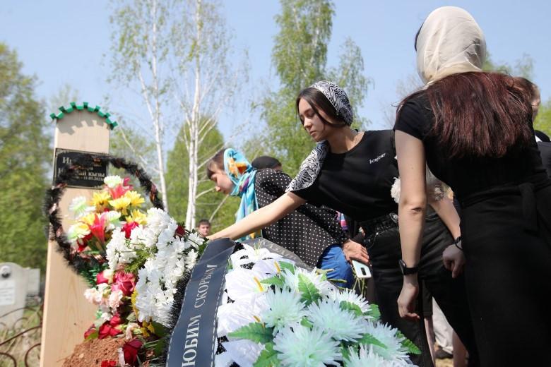Похороны вместо последнего звонка: Казань прощается с жертвами стрельбы в школе