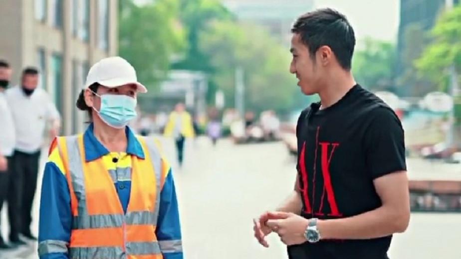 Алматылық блогер көшеде кезіккендердің несиесін жауып берді (видео)