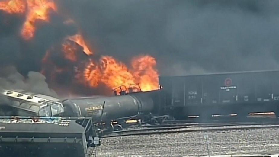 Груженный химикатами поезд сошел с рельсов в США