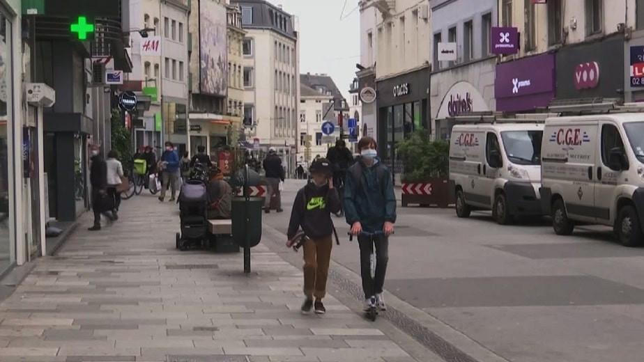 COVID-19 в Европе: во Франции открывают кафе и бары, в Румынии снимают маски (дайджест)