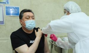 Асқар Мамин «Спутник V» вакцинасын алды