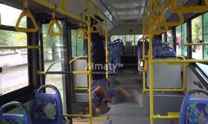 Спортивный водитель из Алматы поделился тренировкой в троллейбусе