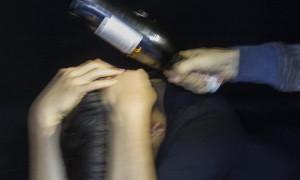 Молодой пассажир ударил бутылкой от алкоголя 50-летнего таксиста в Жезказгане