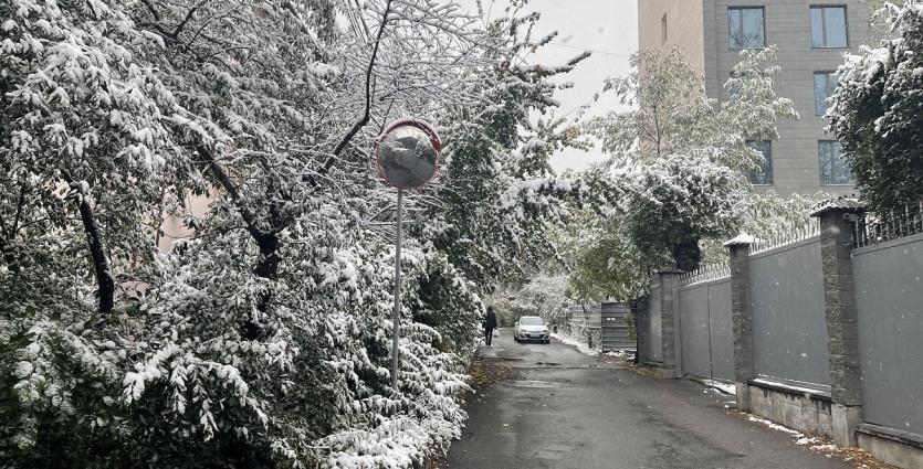 Первый снег в Алматы: как работают коммунальные службы города