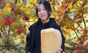 Делай добро тихо: в Усть-Каменогорске прохожим бесплатно раздавали хлеб и картофель