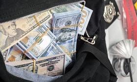 Такси жүргізушісі жолдан 50 мың доллар тауып алып, иесіне қайтарып берді