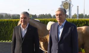 Ахалтекинского жеребца и тазы подарили Токаеву в Туркменистане