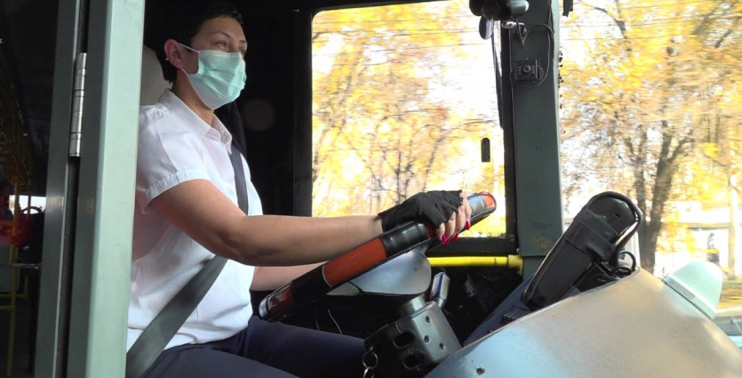 Нежная и утонченная: Гули Ташева более 20 лет за рулем общественного транспорта в Алматы
